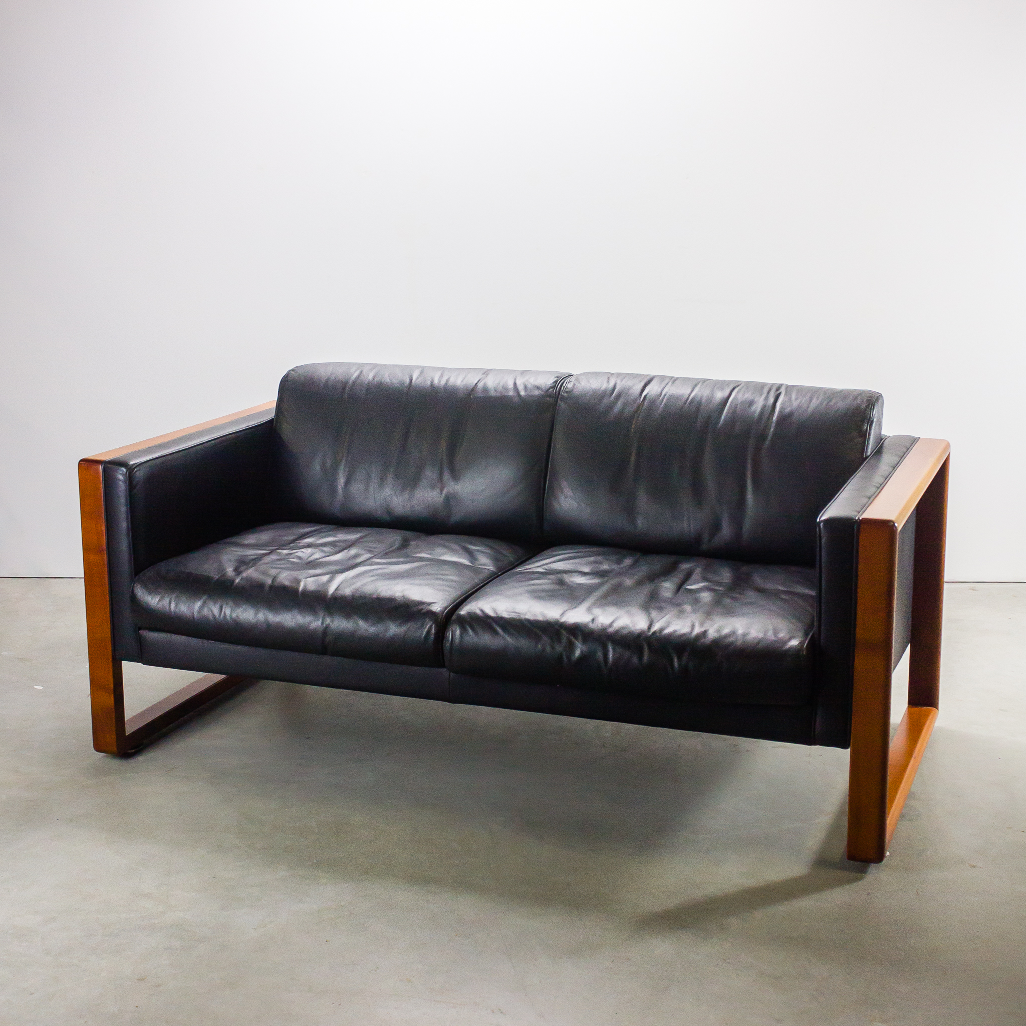 70 s walter knoll 2 zits sofa hout zwart leer barbmama. Black Bedroom Furniture Sets. Home Design Ideas