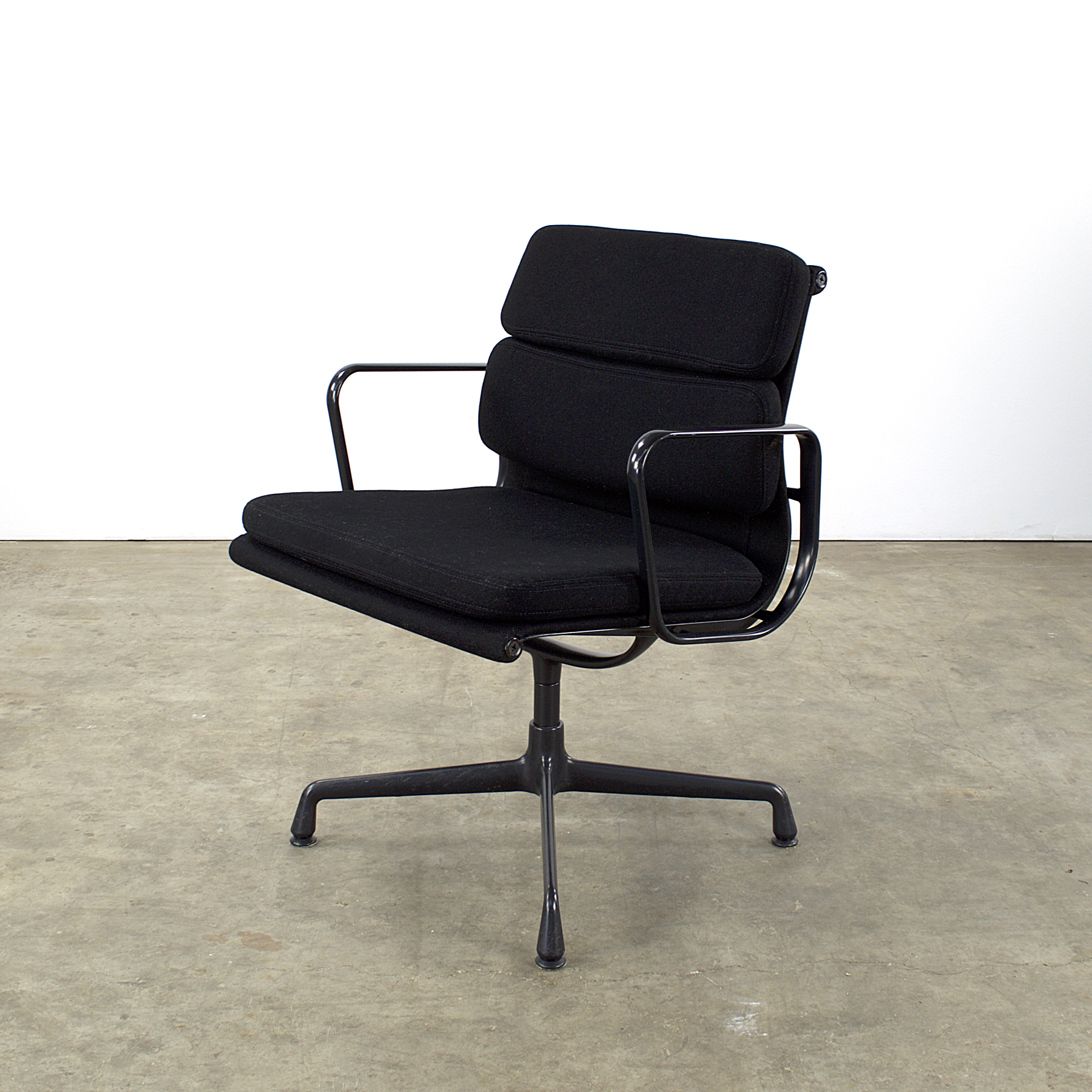 90 s charles eames ea217 soft pad fauteuil for vitra. Black Bedroom Furniture Sets. Home Design Ideas