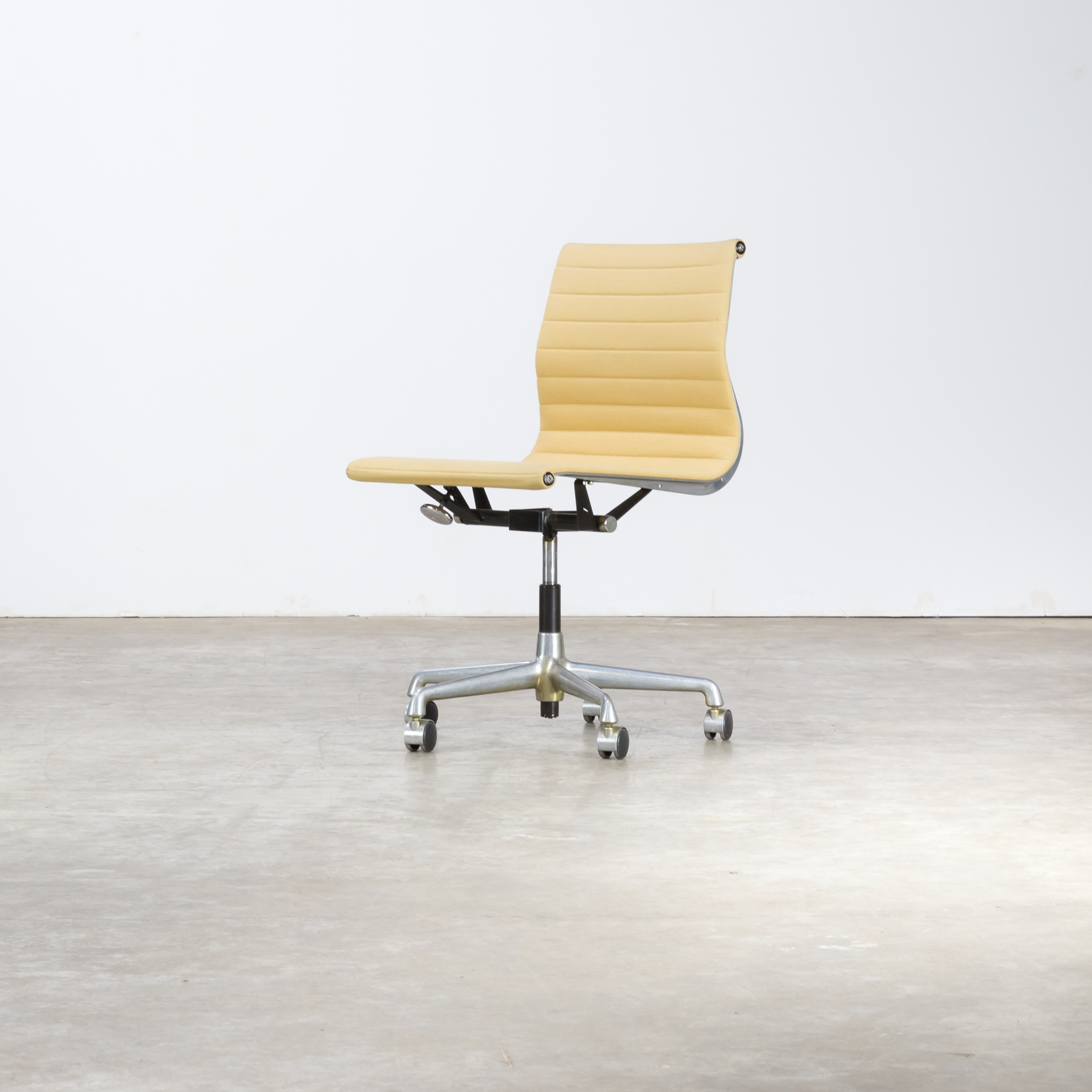 Charles and ray eames ea118 fauteuil for herman miller for Charles eames kopie